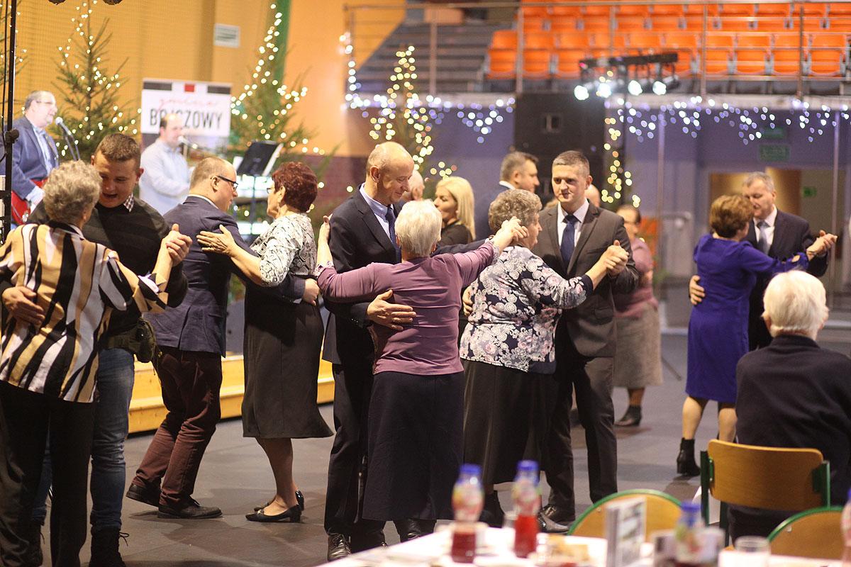 Radni tańczą z seniorami