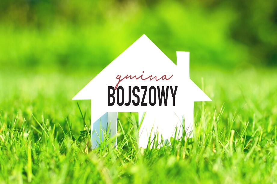 kartonowy domek na trawie